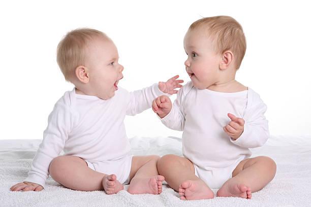 会話をする 2 つの赤ちゃん - 談笑する ストックフォトと画像