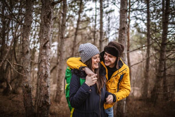 Zwei Backpacker Wandern in der Natur – Foto