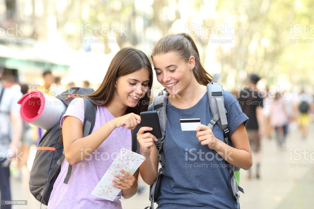 Two backpackers searching online content - foto stock
