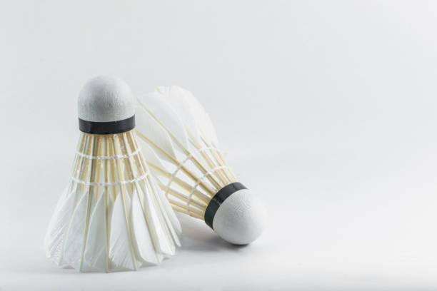 volant de badminton deux sur fond blanc - Photo