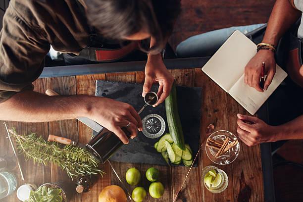 zwei neue cocktail gemixt werden - zimt gurken stock-fotos und bilder