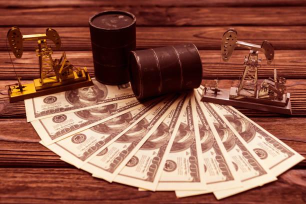 zwei barrel öl, ölpumpen, amerikanische dollaranrechnungen - opec stock-fotos und bilder