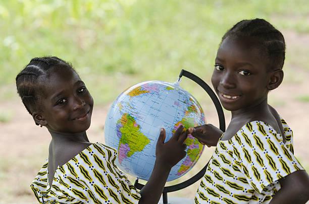 duas belas crianças africanas apontando para a áfrica no mundo todo - vida de estudante - fotografias e filmes do acervo