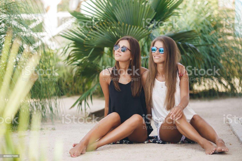 638f0fb260d2 Resto De Dos Hermosas Chicas En El Parque En Verano Foto de stock y ...
