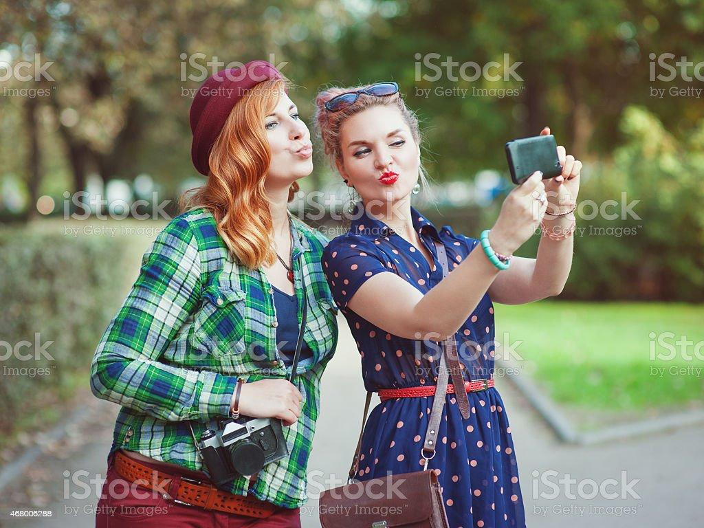 Две девки на толпу видео, прыгает на члене вид сзади порно