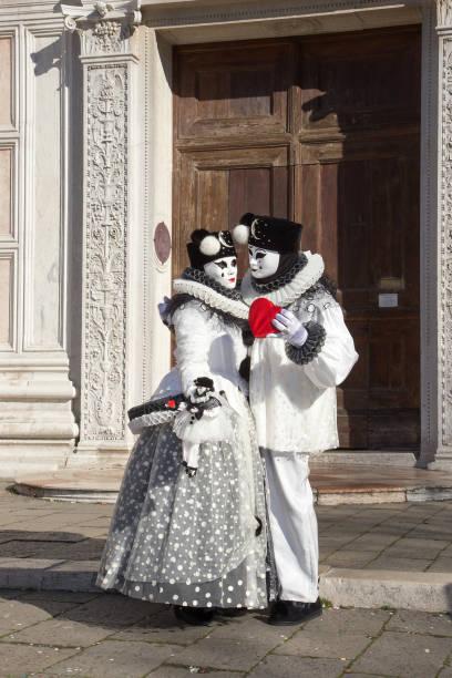 zwei schöne pierrot venezianische masken in der liebe, paar, rose, herz, san zaccaria platz, venedig, italien - rosa camo party stock-fotos und bilder