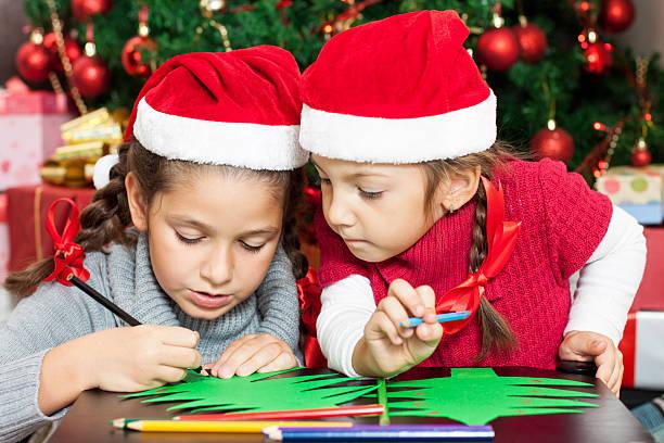 zwei schöne schwestern, weihnachtskarten - basteln mit kindern weihnachten stock-fotos und bilder