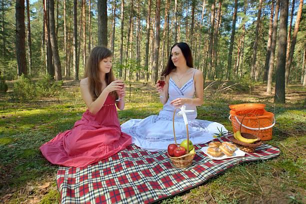 Cтоковое фото Два Красивая женщина на пикник в лесу