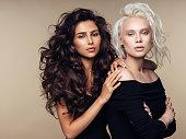 2 つの美しい女性