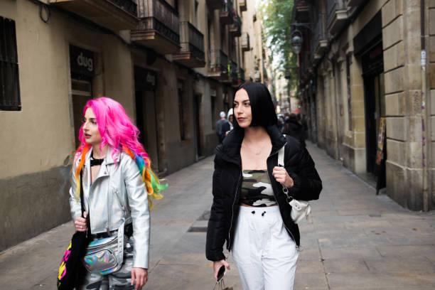 Zwei schöne Frauen im Stadtzentrum von Barcelona, Spanien – Foto