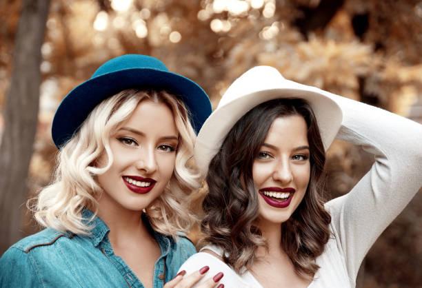 Dos hermosas mujeres - foto de stock