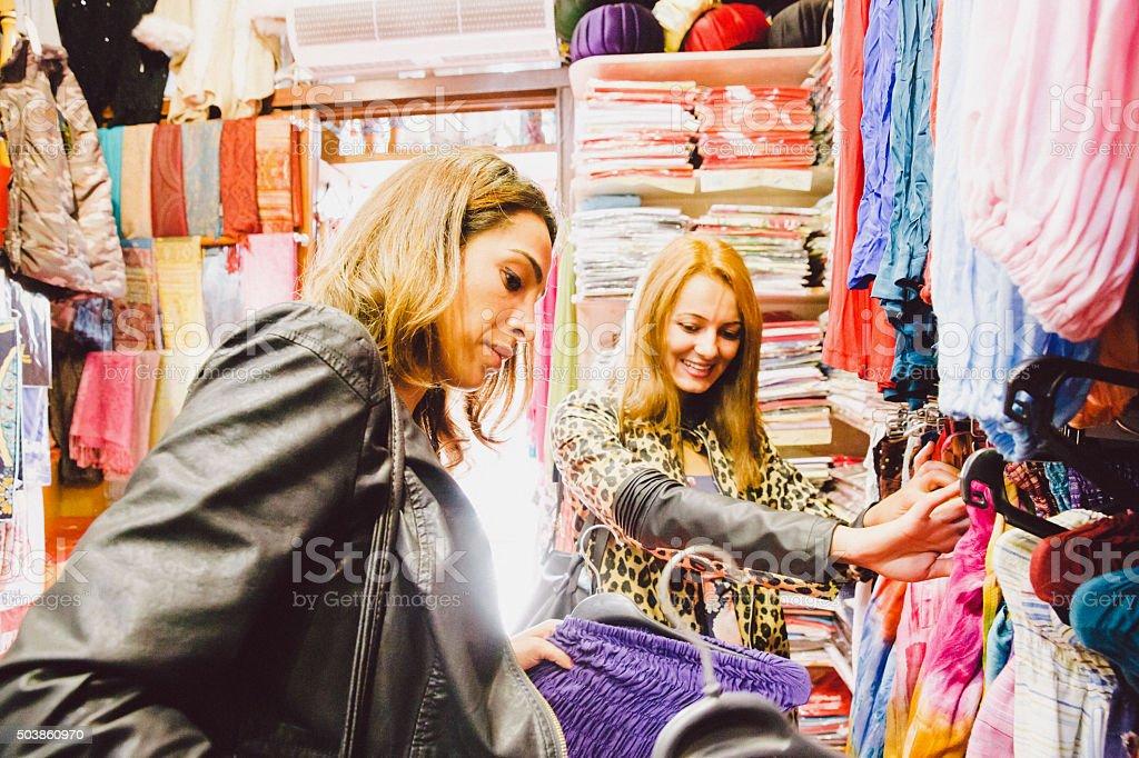 d2f4b4da26 Dos hermosas mujeres comprando ropa tradicional foto de stock libre de  derechos