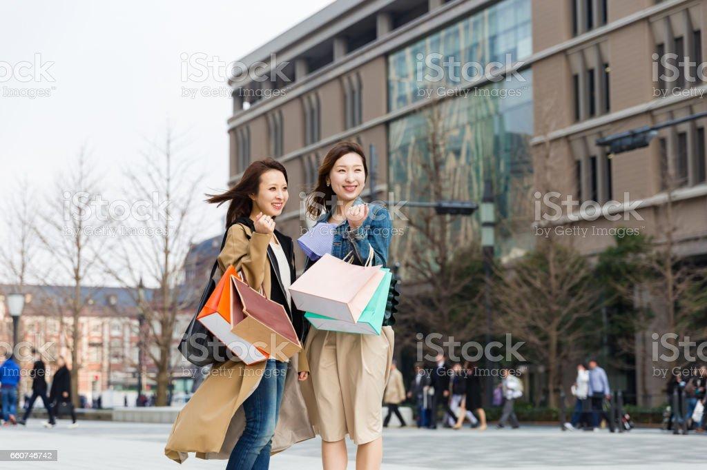 2 つの美しい女性のストリートを歩いた後のショッピング ストックフォト