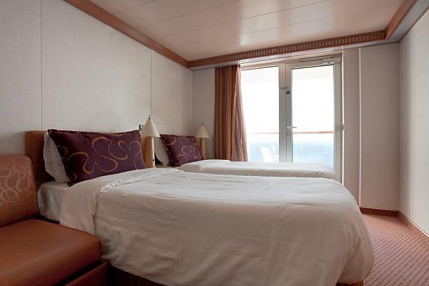 2-bett kabine für cruise liner – zimmer - nautisches schlafzimmer stock-fotos und bilder