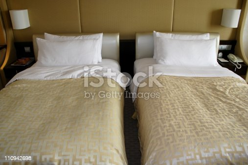 Tidy Two beds in a 5 stars luxury hotel room.Room renting.