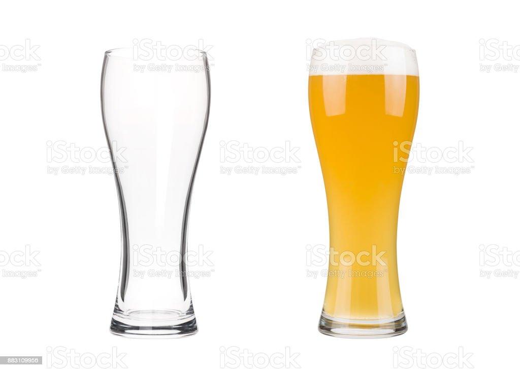Zwei Biergläser isoliert auf weißem Hintergrund – Foto