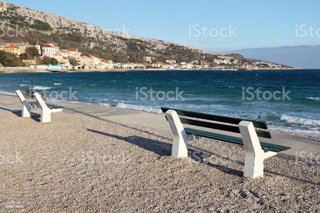 Zwei Bänken am Strand – Foto