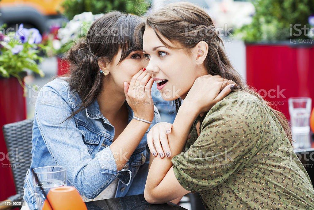 Deux amis assis dans un café et gossiping, - Photo