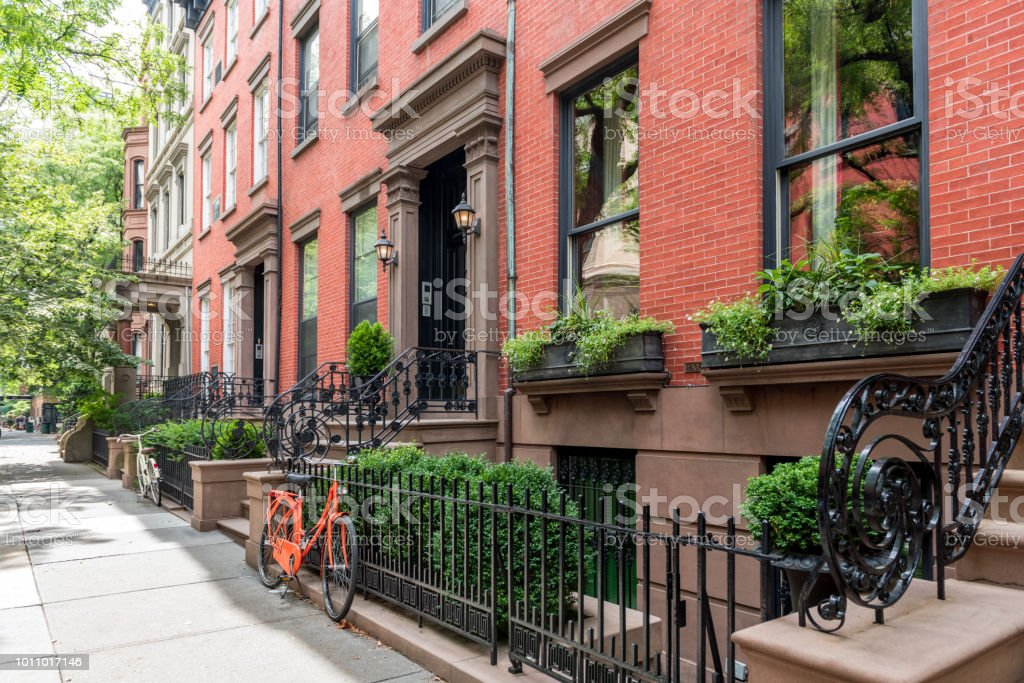 Two bicycles in front of a brownstone building in neighborhood of Brooklyn Heights, New York - foto stock