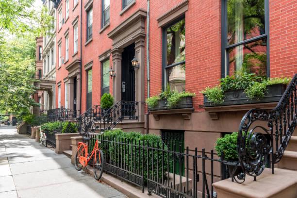 Duas bicicletas em frente a um prédio rústico edifício no bairro de Brooklyn Heights, Nova Iorque - foto de acervo