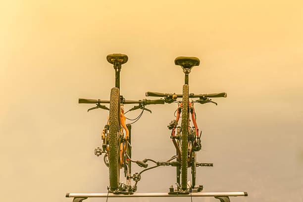 zwei fahrräder, der auf dem autodach - fahrradhalter stock-fotos und bilder