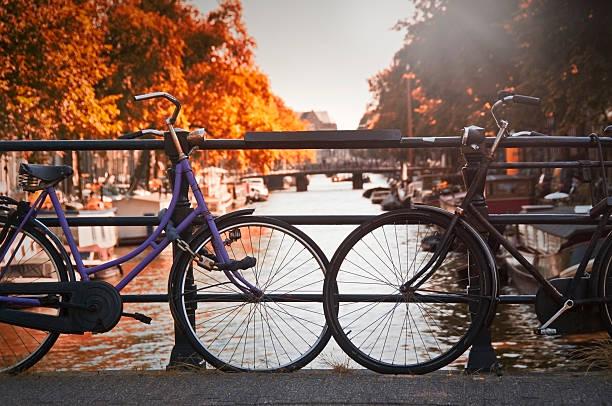 Deux vélos sur un pont à Amsterdam - Photo