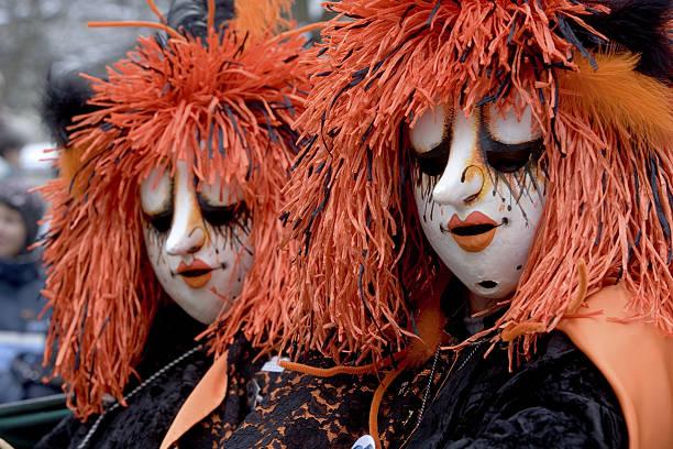 zwei kuriose weibliche masken im basler fastnacht in basel (xxl - fasnacht stock-fotos und bilder