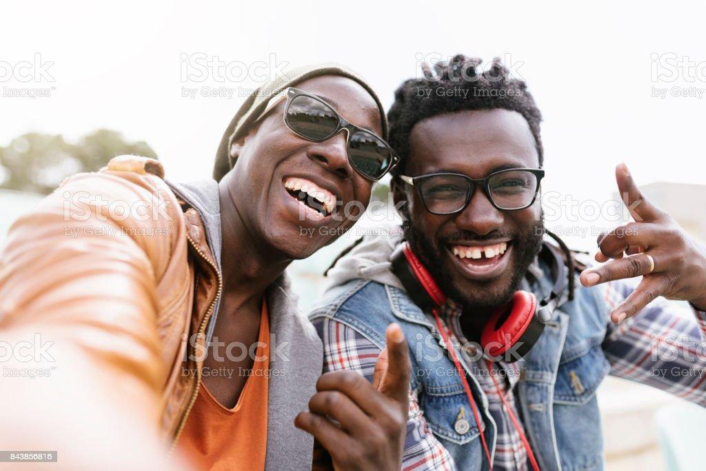 Deux amis de race noire s'amuser. - Photo