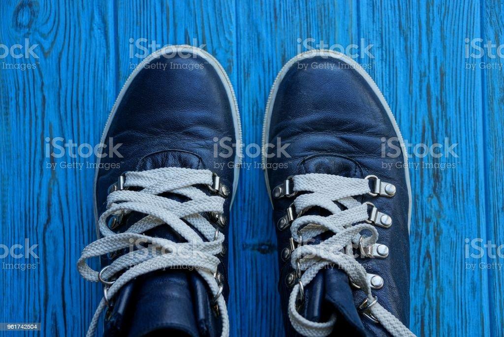 Zwei Weißen Schwarze Mit Schnürsenkeln Schuhe Einem Auf m0nONwv8