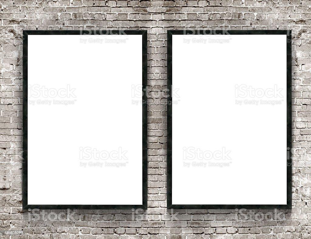 Dos pancartas con marco de madera en blanco sobre fondo de pared de ladrillos - foto de stock