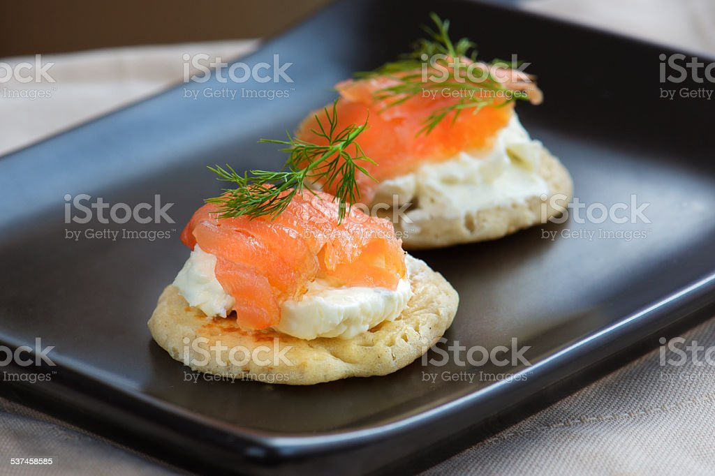 Deux des blinis au saumon au fromage et aneth Photographies culinaires de hors-d'œuvre - Photo