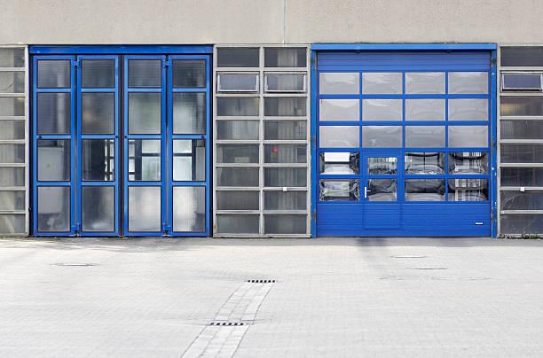 zwei blauen türen zu wählen - garagentor mit tür stock-fotos und bilder
