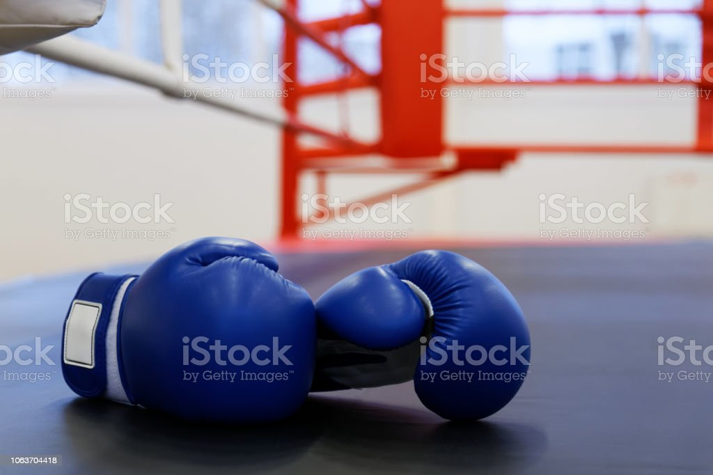 Zwei blaue Leder Boxhandschuhe Lügen auf den Boxring – Foto