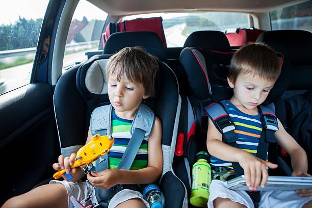 Zwei junge im Auto Sitzen im Auto reisen und Spielen – Foto