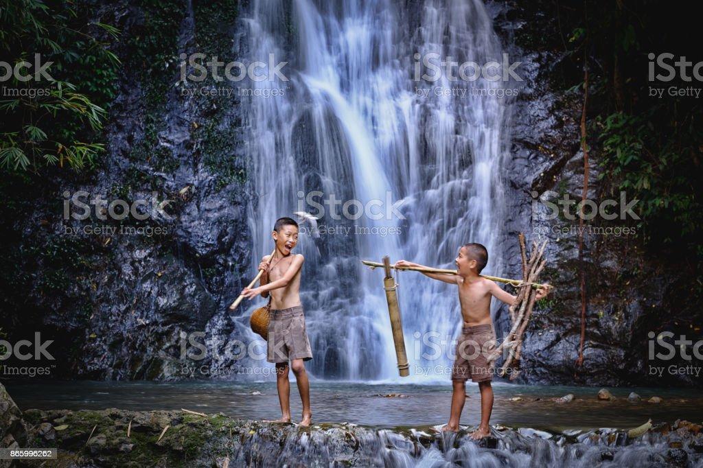Zwei junge Lachen Angeln an einem Wasserfall Land Thailand. Angeln-junge asiatische von Gaff in Bach mit schönen Hintergrund – Foto