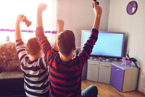 Zwei Boys spielen Spiele im TV – Foto
