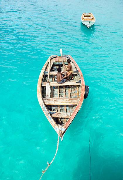 zwei jungen spielen in einem boot. - kapverdische inseln stock-fotos und bilder