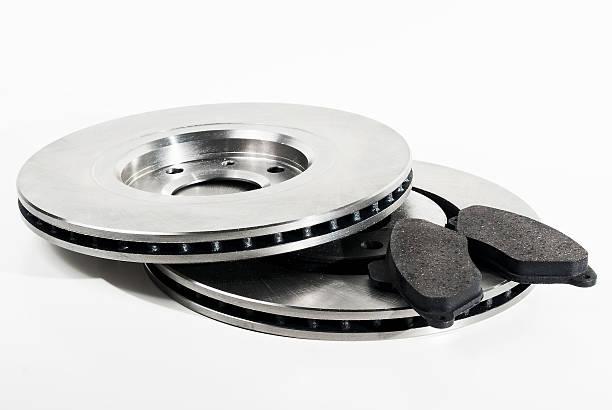 deux disques de frein et plaquettes - disque de frein photos et images de collection