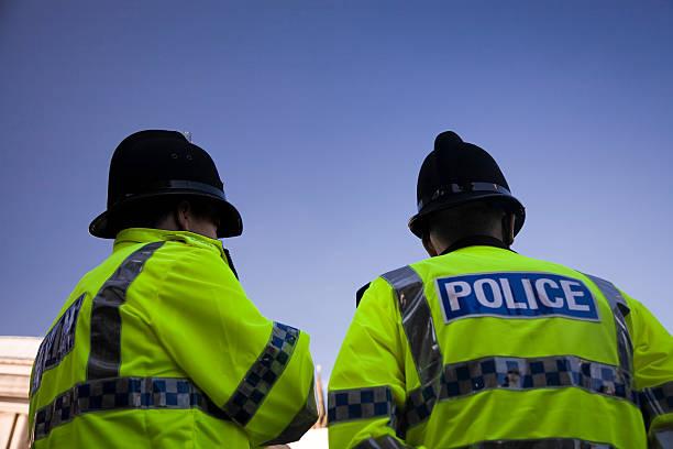 dois usando capacetes tradicional britânica de agentes de polícia-clique abaixo para obter mais informações. - reino unido - fotografias e filmes do acervo