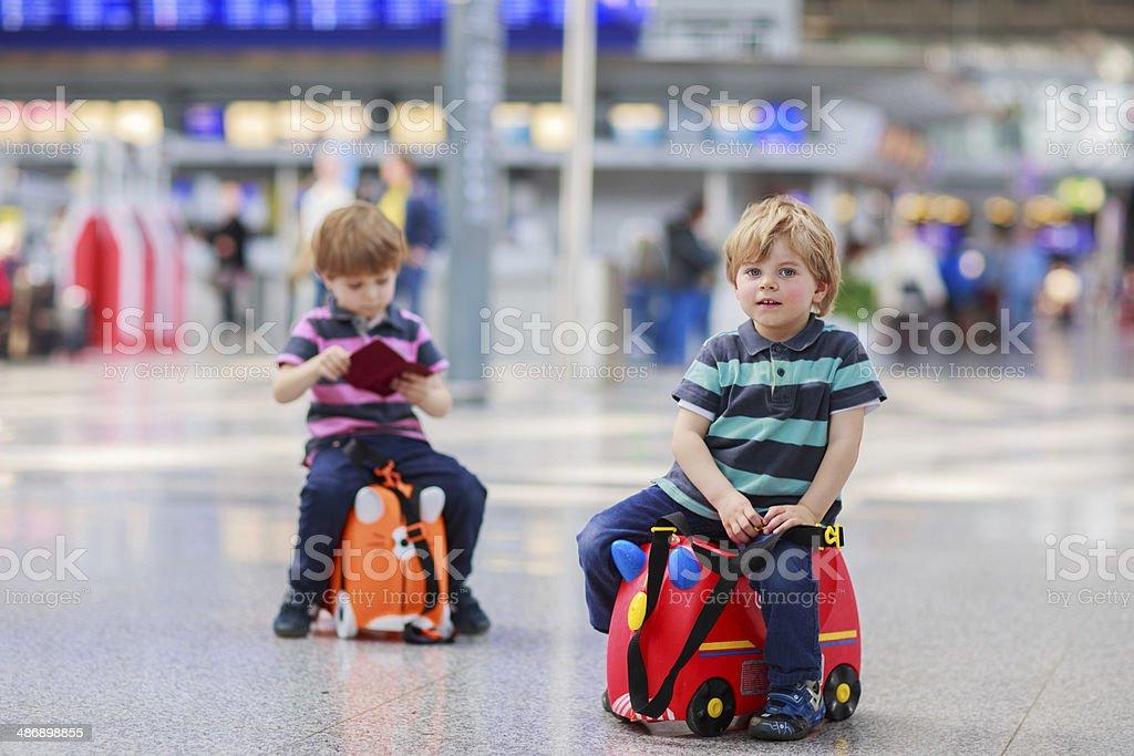 Zwei Bruder Jungs gehen in den Ferien Reise am Flughafen – Foto