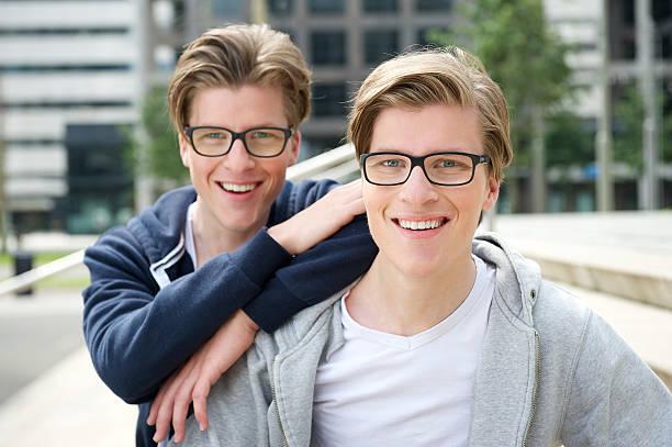 2 人の兄弟 - 兄弟 ストックフォトと画像