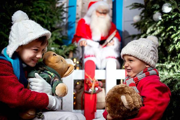 zwei brüder ihre happy christmas gifts - nikolaus geschichte stock-fotos und bilder
