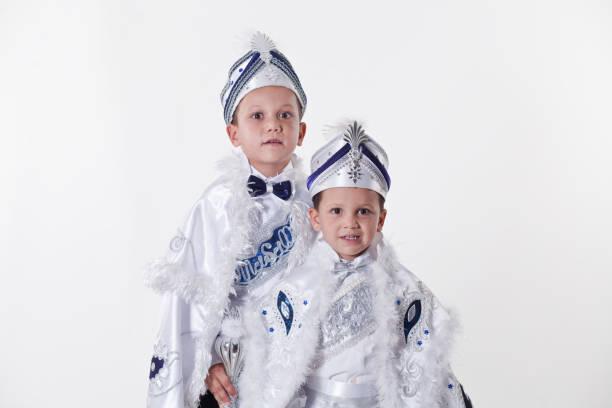 deux frères avec des costumes de circoncision turque transnationale - circoncision photos et images de collection