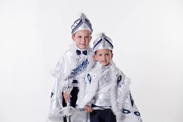 deux frères avec turkish circoncision costumes - circoncision photos et images de collection