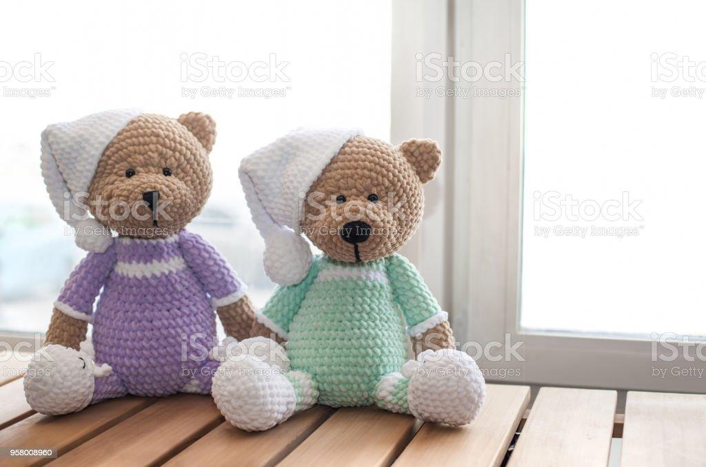 Marrón dos rellenos osos de peluche de animales en mesa de madera. Copia espacio - foto de stock