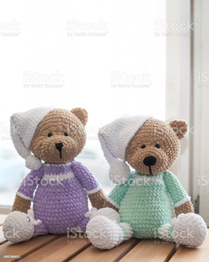 Marrón dos rellenos osos de peluche de animales en mesa de madera - foto de stock