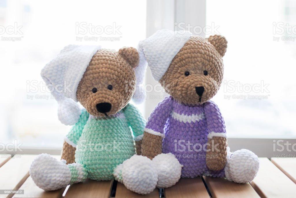 Dos osos de peluche de animales de peluche marrón en mesa de madera - foto de stock
