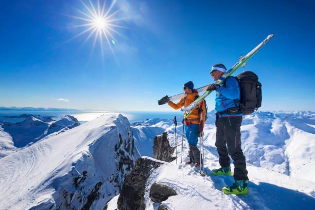Zwei Freunde auf einem Gipfel, Lofoten-Norwegen – Foto