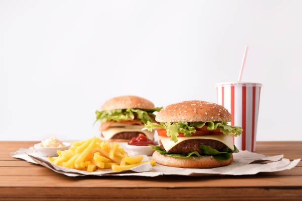 Dos hamburguesa con soda y con fondo blanco fuentes - foto de stock