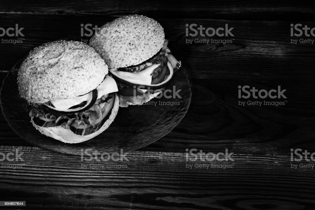 흑백에서의 두 햄버거 - 로열티 프리 0명 스톡 사진